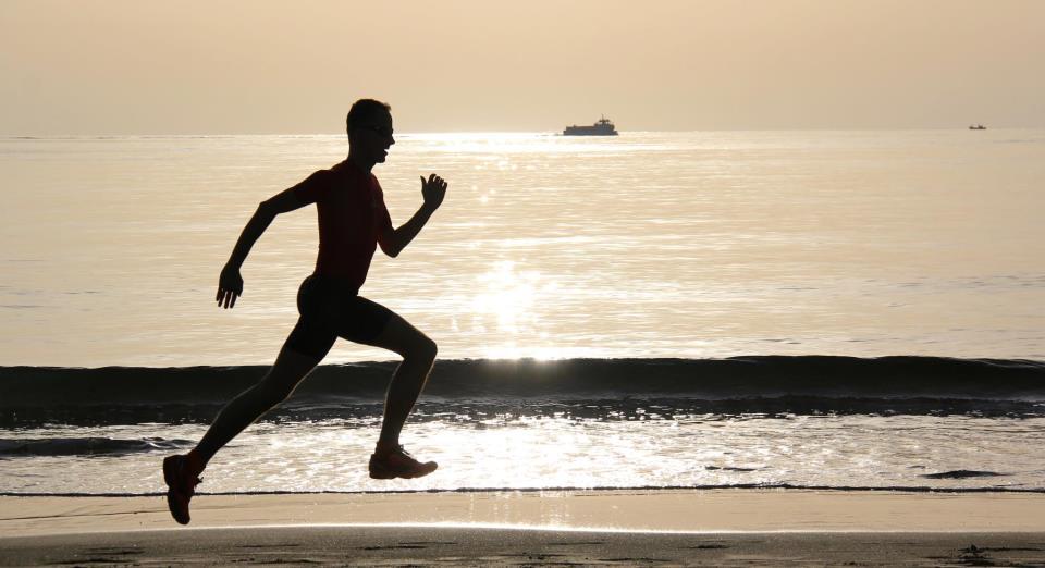 Laufen am Strand wird gerne romantisiert, aber in diesem Bild, aufgenommen im Januar 2013 auf Lanzarote, passt alles zusammen. Henrik schwebt über den festen Sand vor der aufgehenden Sonne.